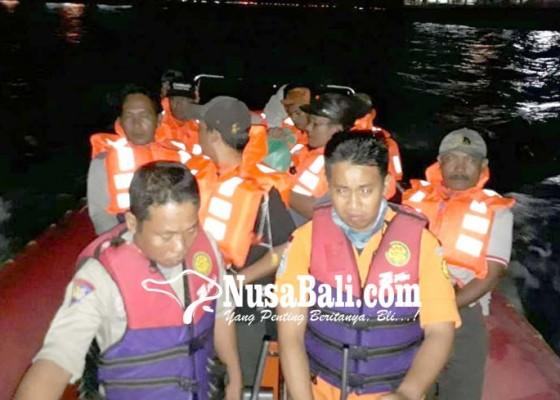 Nusabali.com - kmp-swakarya-kandas-3-jam-penumpang-dievakuasi