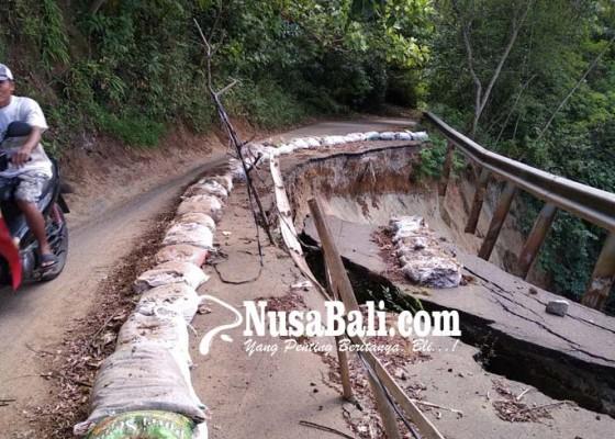 Nusabali.com - pemotor-nekat-lintasi-jalan-nyaris-putus