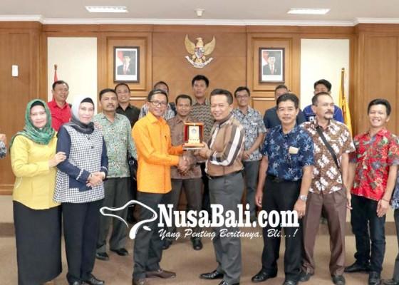 Nusabali.com - komisi-iii-dprd-badung-terima-bangar-dprd-pacitan
