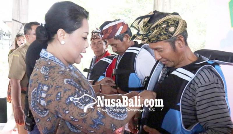 www.nusabali.com-200-nelayan-terima-400-life-jakcket