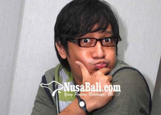 Nusabali.com - andre-taulany-kasih-bonus-sandal-jepit
