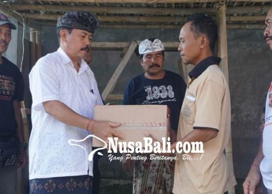 Nusabali.com - pengungsi-terima-bantuan-dinsos