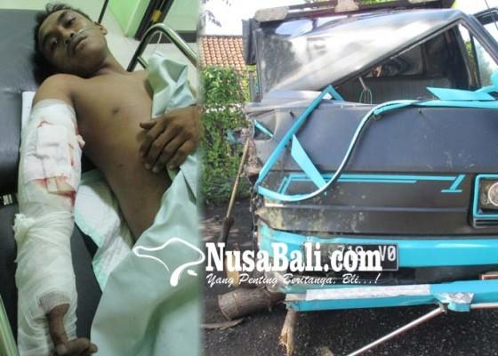 Nusabali.com - hantam-truk-sopir-pick-up-patah-tulang