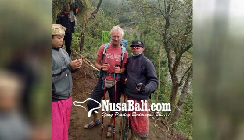 www.nusabali.com-bule-rusia-nekat-berkemah-dan-semedi-saat-gunung-agung-erupsi