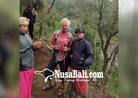 Nusabali.com - bule-rusia-nekat-berkemah-dan-semedi-saat-gunung-agung-erupsi