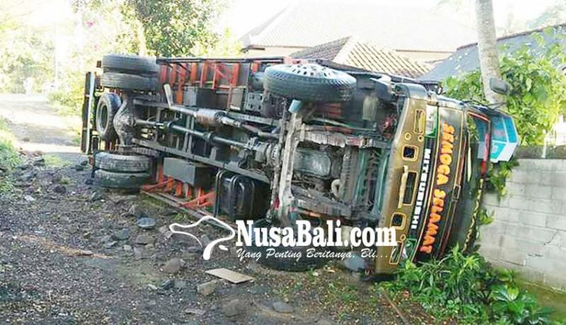 www.nusabali.com-rem-tiba-tiba-blong-truk-terguling