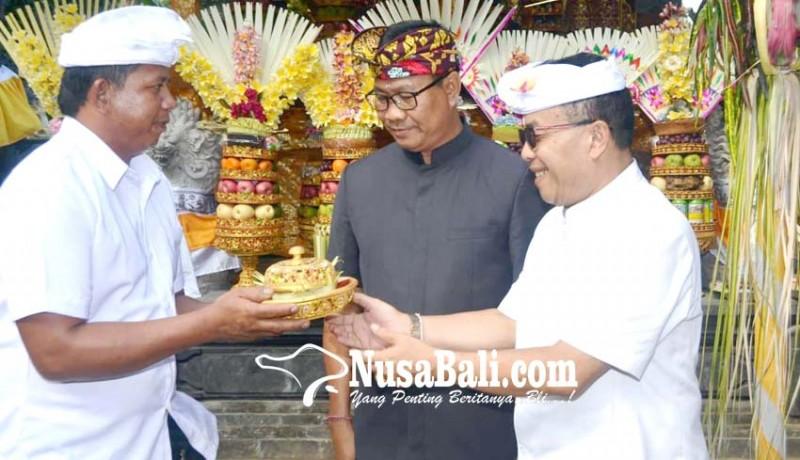 www.nusabali.com-wabup-suiasa-mendem-pedagingan-di-pelinggih-padmasana
