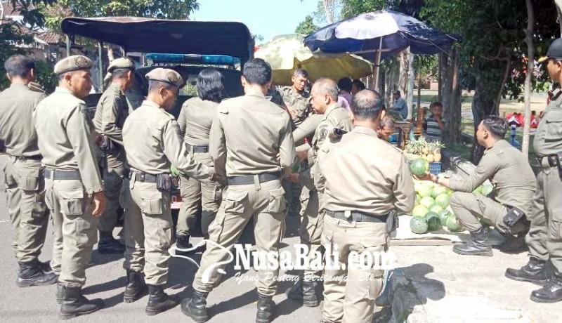 www.nusabali.com-satpol-pp-jembrana-tertibkan-pedagang-buah-di-trotoar