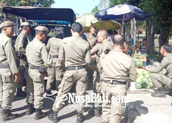 Nusabali.com - satpol-pp-jembrana-tertibkan-pedagang-buah-di-trotoar