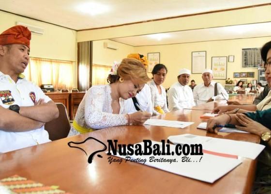 Nusabali.com - dek-ulik-manfaatkan-jaringan-suami-tarung-dpd-ri
