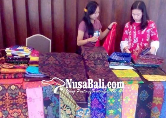 Nusabali.com - kain-endek-bertahan-dengan-motif-klasik