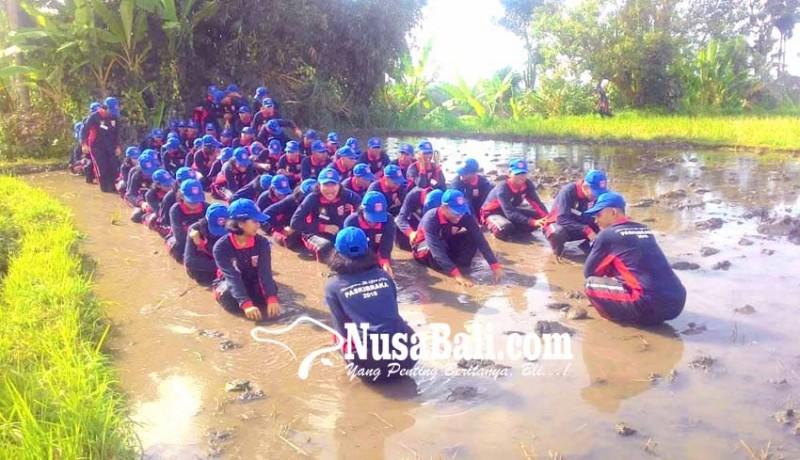 www.nusabali.com-usai-dikukuhkan-paskibraka-latihan-di-lumpur
