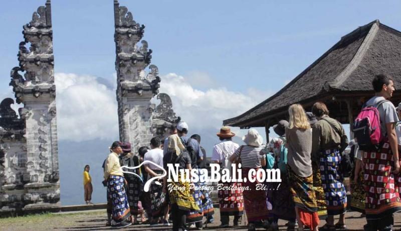 www.nusabali.com-puluhan-wisatawan-antre-swafoto-di-pintu-surga