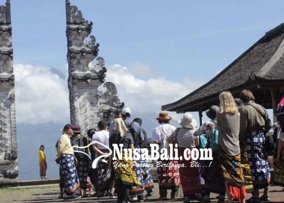 Nusabali.com - puluhan-wisatawan-antre-swafoto-di-pintu-surga