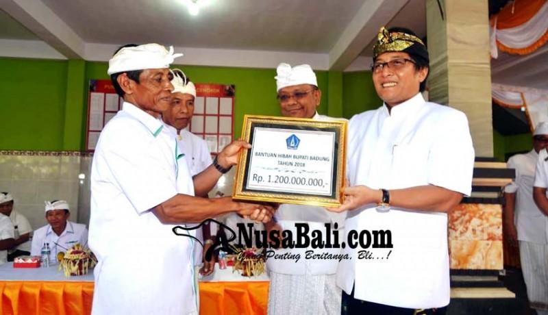 www.nusabali.com-bupati-serahkan-dana-upakara-rp-12-miliar