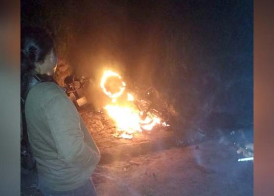 Nusabali.com - ditinggal-mekemit-motor-terbakar