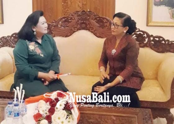 Nusabali.com - istri-koster-langsung-temui-ayu-pastika