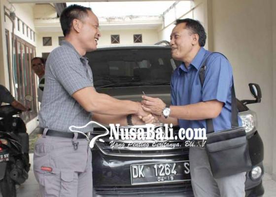 Nusabali.com - bnnk-karangasem-kembalikan-mobil-dinas-dewan