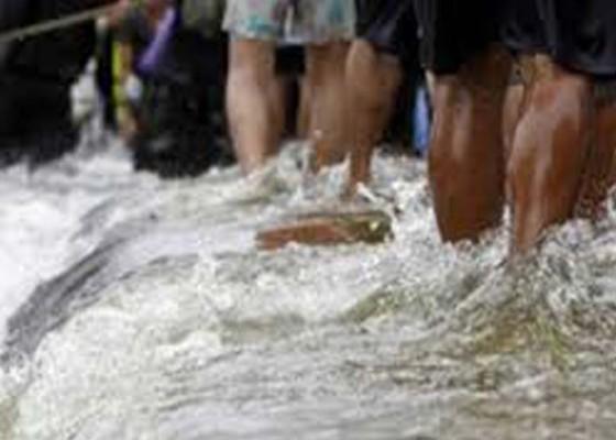 Nusabali.com - diterjang-banjir-hujan-tanggul-air-tergerus