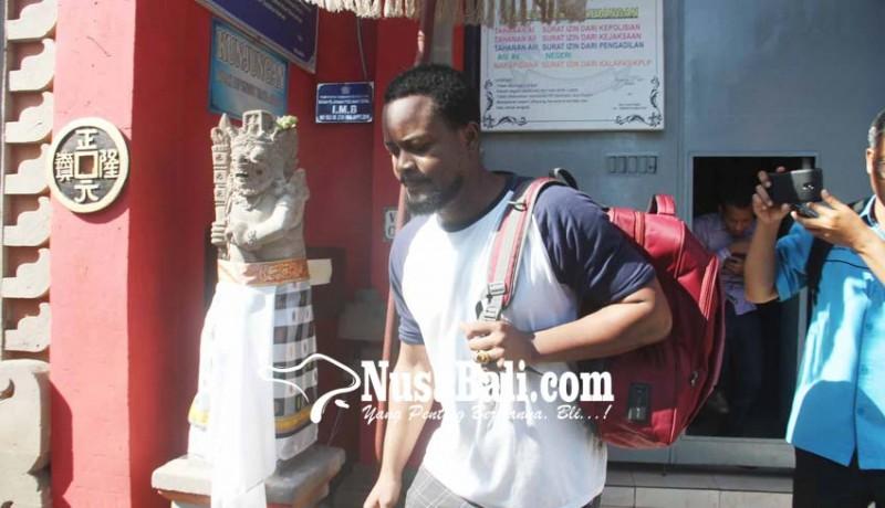 www.nusabali.com-negro-pemalsu-ktp-dibebaskan-demi-hukum