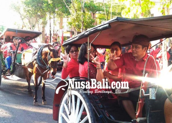 Nusabali.com - caleg-pdip-naik-dokar-ke-kpu-jembrana