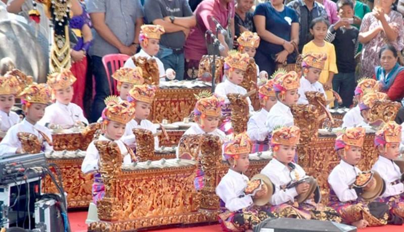www.nusabali.com-gong-kebyar-di-akhir-pkb-lansia-dan-cucu-mebarung