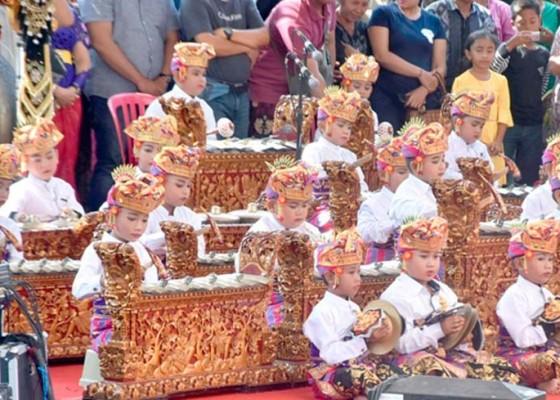 Nusabali.com - gong-kebyar-di-akhir-pkb-lansia-dan-cucu-mebarung
