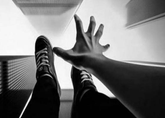 Nusabali.com - bunuh-diri-pria-loncat-dari-parkiran-lantai-5