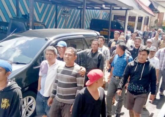 Nusabali.com - puluhan-warga-tegak-geruduk-polres-bangli