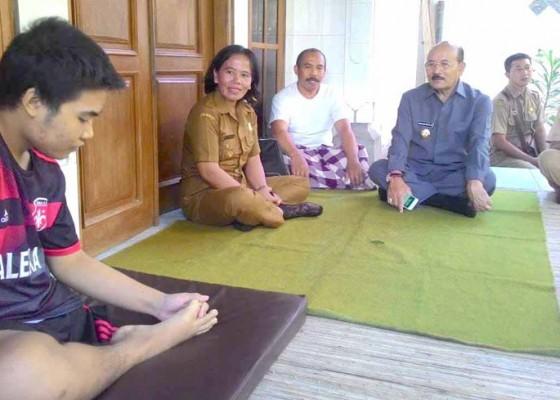 Nusabali.com - wakil-bupati-bantu-siswa-diamputasi