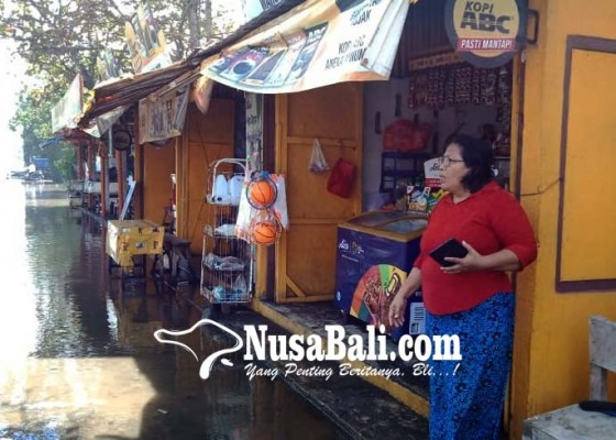 Nusabali.com - air-meluber-sampai-ke-jalan-raya