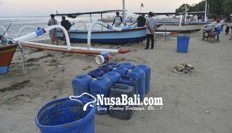 www.nusabali.com-gelombang-tinggi-hancurkan-warung-dan-perahu-nelayan