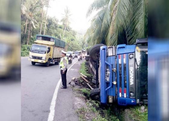 Nusabali.com - diduga-kelebihan-muatan-truk-terguling-di-tanjakan-samsam