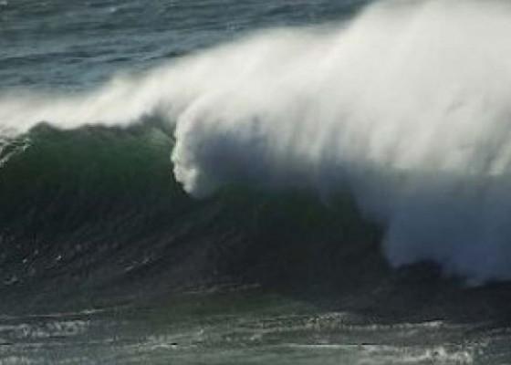Nusabali.com - diamuk-gelombang-setra-hancur-tembok-sengker-pura-juga-ambruk