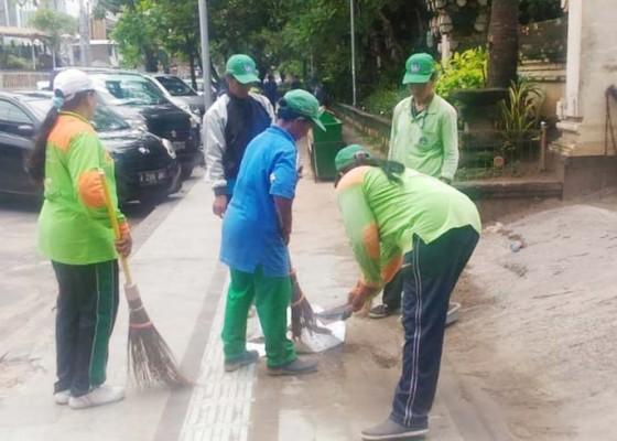 Nusabali.com - bersihkan-pasir-di-jalan-dinas-lhk-turunkan-tim-urc