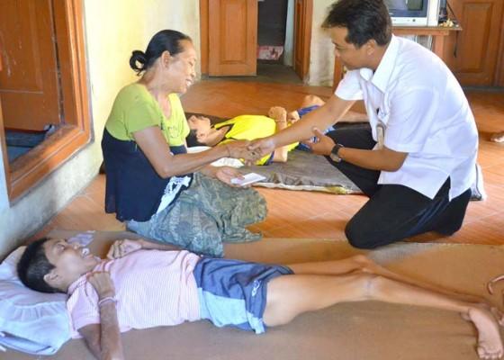 Nusabali.com - gubernur-bantu-dua-bersaudara-penderita-polio
