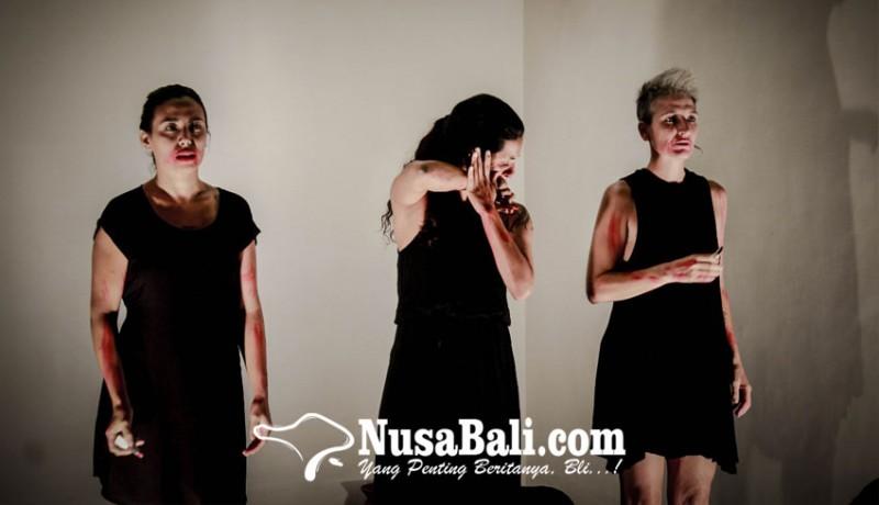 www.nusabali.com-3-perempuan-memoles-dan-menyiram-dirinya-menggunakan-lipstik-dan-cat-dengan-membabi-buta