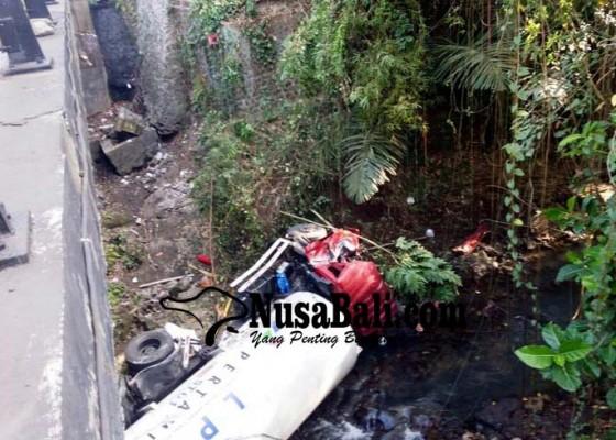 Nusabali.com - truk-pertamina-nyemplung-jurang-dua-tewas