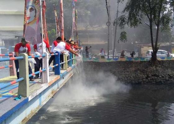 Nusabali.com - disemprot-microba-ditabur-500-kg-serbuk-penghilang-bau
