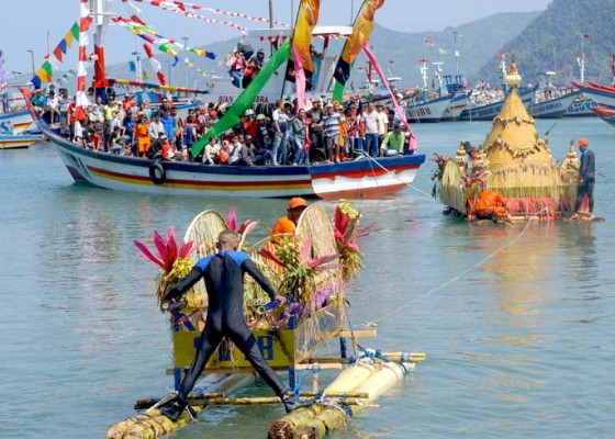 Nusabali.com - tradisi-larung-sembonyo