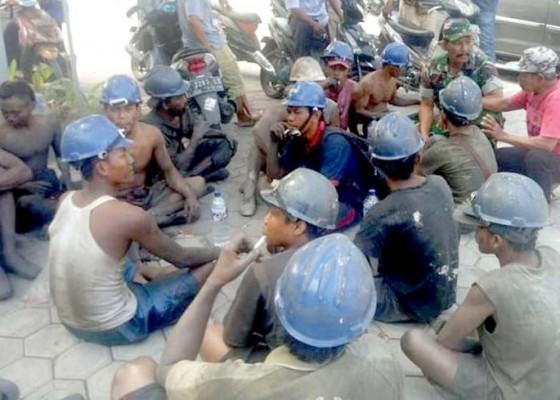 Nusabali.com - tambang-di-jember-longsor-2-orang-tewas