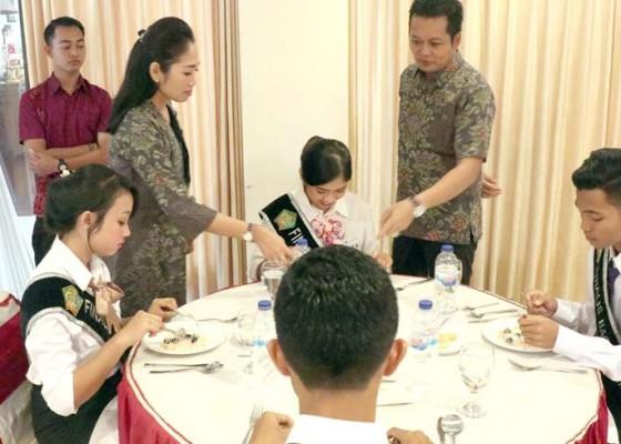 Nusabali.com - wabup-kembang-dan-istri-mengajar-etika-makan