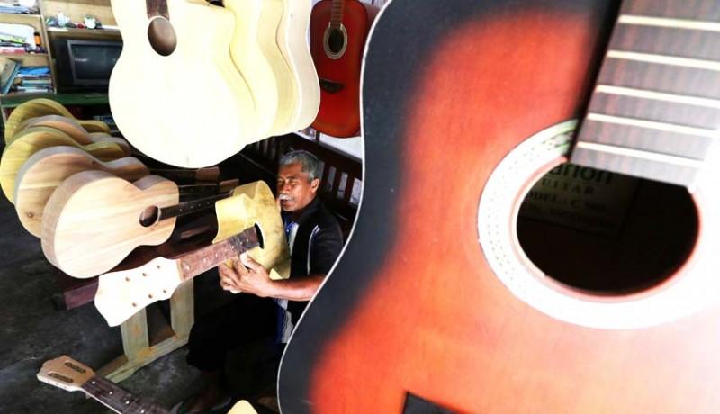 www.nusabali.com-perajin-gitar-akustik-dari-bambu