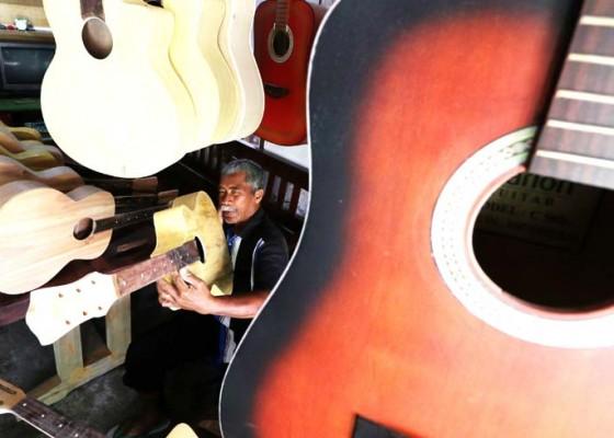 Nusabali.com - perajin-gitar-akustik-dari-bambu