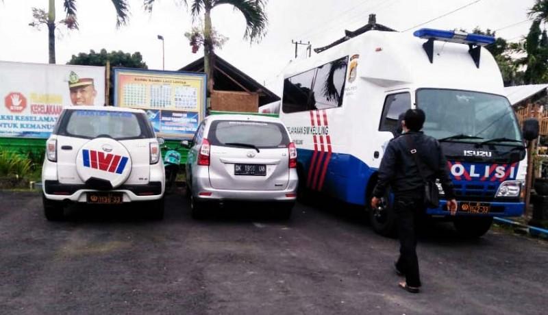 www.nusabali.com-mobil-pembawa-wisatawan-tabrak-pecalang