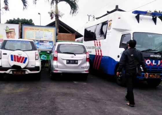 Nusabali.com - mobil-pembawa-wisatawan-tabrak-pecalang