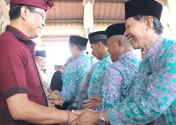 Nusabali.com - wabup-badung-lepas-140-calon-jamaah-haji