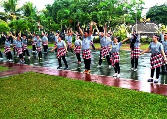 Nusabali.com - sukseskan-rekor-dunia-30-napi-rutan-negara-senam-poco-poco