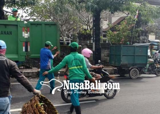 Nusabali.com - dlh-bongkar-sampah-penyumbat-drainase