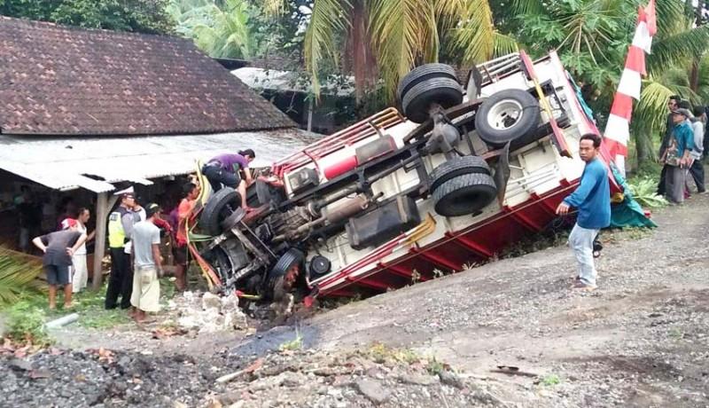 www.nusabali.com-truk-terguling-kaki-sopir-terjepit